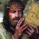 """Cierpiący Jezus. Kadr z filmu """"Pasja"""" M. Gibsona"""